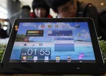 Samsung Electronics a choisi d'équiper une nouvelle version de sa tablette haut de gamme, la Galaxy Tab 3 10.1, avec le Clover Trail+, un microprocesseur conçu par Intel. /Photo d'archives/REUTERS/Kim Hong-Ji