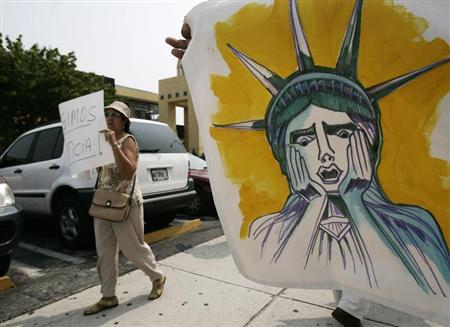 Protesters take part in a protest against anti-communist Cuban activist Luis Posada Carriles in Miami May 12, 2007. REUTERS/Carlos Barria