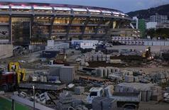 Vista geral do Maracanã, que ainda tem um verdadeiro canteiro de obras em parte do lado de fora. 30/05/2013 REUTERS/Ricardo Moraes