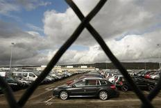 Stocks of new Renault automobiles are parked in a lot in Flins-sur-Seine, near Paris, October 27, 2008. REUTERS/Benoit Tessier