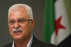 """Президент Сирийской национальной коалиции Джордж Сабра выступает на пресс-конференции в Стамбуле 13 мая 2013 года. Сирийская оппозиция не будет участвовать в мирных переговорах, пока солдаты ливанской """"Хезболлы"""" воюют на стороне президента Башара Асада, заявил в пятницу глава оппозиционной коалиции, хотя его единомышленники не столь категоричны в своих утверждениях. REUTERS/Murad Sezer"""