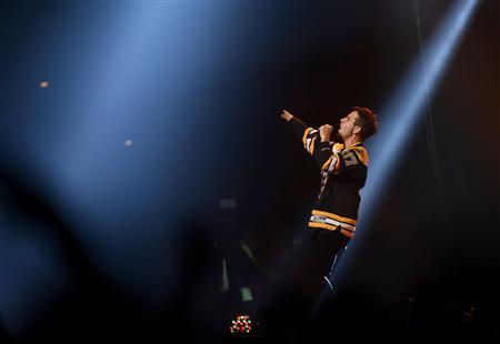 Singer Joey McIntyre performs during the Boston Strong benefit concert at the Boston TD Garden in Boston, May 30, 2013. REUTERS/Gretchen Ertl