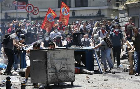 Demonstrators set up barricades as they clash with riot police during an anti-government protest at Taksim square in central Istanbul June 1, 2013. REUTERS-Murad Sezer