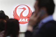 Japan Airlines a annoncé avoir annulé dimanche le vol prévu d'un 787 'Dreamliner' de Boeing, en raison de la présence d'un capteur de pression défectueux dans l'une des batteries lithium-ion récemment renforcées de l'appareil. /Photo prise le 28 avril 2013/REUTERS/Yuya Shino