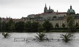 Вид на разлив реки Влтава в Праге 2 июня 2013 года. Премьер-министр Чехии Петр Нечас объявил чрезвычайное положение на большей части территории страны в воскресенье из-за того, что переполнившиеся дождевой водой реки начали угрожать историческому центру Праги и заставили начать эвакуацию населения из ряда районов. REUTERS/David W Cerny