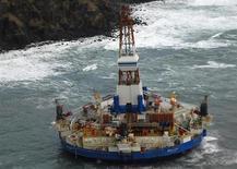 Буровая Kulluk в 64 километрах к юго-западу от города Кадьяк на Аляске 3 января 2012 года. Нефтяные компании стремительно теряют интерес к работе в Арктике, опасаясь финансовых и репутационных рисков. REUTERS/U.S. Coast Guard/Petty Officer 2nd Class Zachary Painter/Handout/Files
