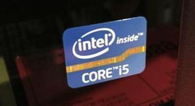 Adesivo da Intel colado em um computador pessoal à venda em San Diego, Califórnia. A Samsung disse que vai usar processadores da Intel para acionar uma nova versão de um dos seus tablets de primeira linha que utilizam o sistema operacional Android. 22/04/2013 REUTERS/Mike Blake