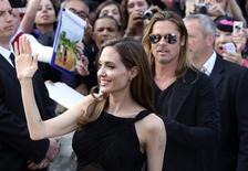 """Atriz Angelina Jolie chega com Brad Pitt para estreia mundial do filme """"Guerra Mundial Z"""", em Londres. 02/06/2013 REUTERS/Neil Hall"""