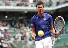 Tenista sérvio Novak Djokovic comemora durante partida contra o alemão Philipp Kohlschreiber no Aberto da França, em Paris. O tenista número um do mundo, Novak Djokovic, superou a perda de seu primeiro set no torneio para avançar para as quartas de final no Aberto da França, com uma vitória por 4-6, 6-3, 6-4 e 6-4 sobre o 16º cabeça de chave, Philipp Kohlschreiber, nesta segunda-feira. 3/06/2013. REUTERS/Vincent Kessler
