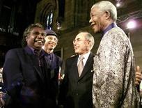 Foto de arquivo do líder da banda australiana Youthu Yindi, Mandawuy Yunupingu (E), durante encontro com o ex-presidente da África do Sul, Nelson Mandela (D), em Sydney. O vocalista da banda de rock australiana que misturava música tradicional aborígene e rock moderno, morreu aos 56 anos de idade, depois de lutar contra uma doença renal. 03/09/2000 DG/DL