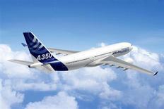Image de synthèse d'un Airbus A350-800. La bataille que se livrent Airbus et Boeing sur leurs long-courriers de prochaine génération gagne en intensité, plusieurs compagnies aériennes ayant fait part de leurs intentions lundi de placer des commandes juteuses. /Photo d'archives/REUTERS/Airbus
