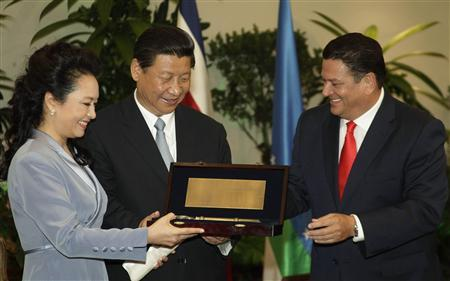 China's President Xi Jinping and his wife Liyuan receive the Keys to the City from San Jose Mayor Johnny Araya in San Jose June 3, 2013. REUTERS/Carlos Flores