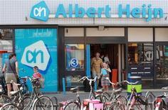 Le distributeur Ahold, propriétaire des supermarchés Albert Heijn aux Pays-Bas, porte son programme de rachat d'actions à deux milliards d'euros, contre 500 millions prévus initialement. Il veut ainsi rendre aux actionnaires une partie de la plus-value générée par la cession du suédois ICA. /Photo d'archives/REUTERS/Michael Kooren
