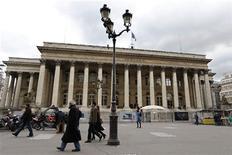 Les principales Bourses européennes rebondissent à l'ouverture mardi, dans le sillage de Wall Street où le mauvais indice ISM manufacturier de mai a apaisé les craintes d'un changement de cap rapide de la Réserve fédérale. À Paris, le CAC 40 reprend 0,96% à 3.958,42 points, effaçant son recul de 0,72% de la veille./Photo prise le 8 février 2013/REUTERS/Charles Platiau
