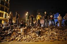 Протестующие стоят на баррикаде в Стамбуле 3 июня 2013 года. Крупный турецкий профсоюз решил поддержать забастовкой демонстрантов на пятый день протестов в Стамбуле, где в ходе столкновений с полицией сотни получили ранения и двое погибли. REUTERS/Murad Sezer