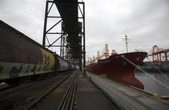 A wheat train pulls up next to a cargo ship at the Alliance Grain Terminal in Vancouver, British Columbia October 6, 2011. REUTERS/Ben Nelms