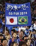Болельщики сборной Японии перед отборочным матчем против Австралии в Сайтаме 4 июня 2013 года. Сборная Японии во вторник завершила вничью отборочный матч с Австралией и стала второй командой, которая примет участие в чемпионате мира в Бразилии в следующем году. REUTERS/Yuya Shino