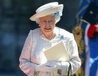 Rainha da Grã-Bretanha, Elizabeth, deixa a Abadia de Westminster após celebração do 60º aniversário de sua coroação, em Londres, 4 de junho de 2013. Uma banda e uma multidão animada saudaram a rainha Elizabeth no 60º aniversário de sua coroação, nesta terça-feira, celebrada com um serviço religioso na Abadia de Westminster com destaque para uma coroa de valor inestimável que adorna as cabeças dos monarcas britânicos há 350 anos. 04/06/2013 REUTERS/Andrew Winning