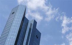 Le siège de Deutsche Bank, à Franckfort. Frais juridiques, coupes dans les dépenses et réduction des risques risquent de grever les résultats de la banque cette année. /Photo prise le 25 mai 2013/REUTERS/Ralph Orlowski