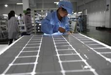 La Commission européenne a décidé de frapper de droits de douane les importations de panneaux de solaires de la Chine en dépit de l'opposition de l'Allemagne et d'autres pays. Les droits de douane seront fixés à 11,8% dès jeudi mais ils pourront être portés à 47,6% en moyenne le 6 août si aucun accord n'est conclu d'ici-là avec Pékin. /Photo d'archives/REUTERS