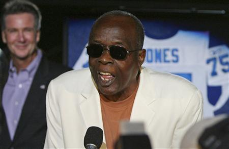 NFL Hall of Famer David ''Deacon'' Jones talks to the crowd in St. Louis, Missouri in this file photo taken September 27, 2009. Jones, considered one of the best defensive players the game has seen and an innovator at his position, has died at the age of 74, his former team the Washington Redskins said on Monday. REUTERS/Peter Newcomb/Files