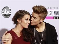 Pop star Justin Bieber (R) arrives with his mother Pattie Mallette at the 40th American Music Awards in Los Angeles, California November 18, 2012. REUTERS/Jonathan Alcorn