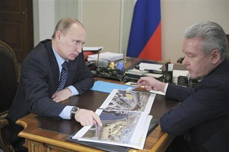 Russia's Prime Minister Vladimir Putin (L) meets with Moscow's Mayor Sergei Sobyanin at the Novo-Ogaryovo residence outside Moscow January 20, 2012. REUTERS/Alexsey Druginyn/RIA Novosti/Pool