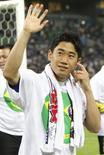 O jogador da seleção japonesa Shinji Kagawa acena para os fãs após o jogo contra a Austrália que classificou o Japão para a Copa do Mundo de 2014, em Saitama, ao norte de Tóquio. O Japão não pode relaxar após tornar-se a primeira equipe a se classificar para a Copa do Mundo de 2014 no Brasil, e precisa estar mentalmente forte para competir contra as principais seleções, disse o meio-campista. 4/06/2013. REUTERS/Yuya Shino