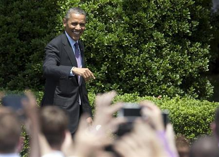 U.S. President Barack Obama waves to fans before honoring the Baltimore Ravens team and their Super Bowl XLVII victory on the South Lawn of the White House in Washington June 5, 2013. REUTERS/Joshua Roberts