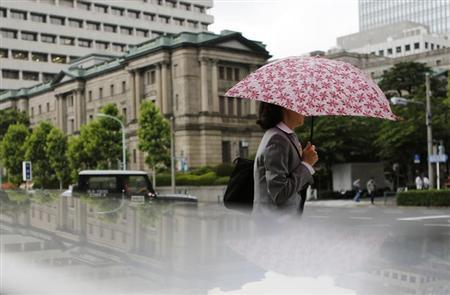 A woman walks past the Bank of Japan building in Tokyo May 29, 2013. REUTERS/Yuya Shino