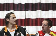 """Игроки мюнхенской """"Баварии"""" Франк Рибери (справа) и Даниэль ван Бюйтен на пресс-конференции в Брюсселе 5 марта 2008 года. Франк Рибери и Даниэль ван Бюйтен продлили контракты с мюнхенской командой, сообщил клуб в четверг. REUTERS/Francois Lenoir"""