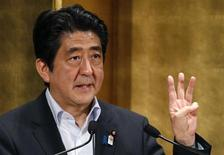 Le Premier ministre japonais Shinzo Abe. Le Conseil de la politique économique et budgétaire, l'organe de planification économique japonais, a annoncé jeudi que Tokyo allait respecter ses objectifs de consolidation budgétaire pour résorber sa dette publique massive, en dépit des craintes de voir le chef du gouvernement nippon revenir sur cette promesse. /Photo prise le 5 juin 2013/REUTERS/Toru Hanai