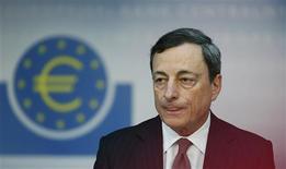 Mario Draghi, président de la Banque centrale européenne, à Francfort. La BCE a maintenu son principal taux directeur à 0,5%, en expliquant que l'amélioration récente des indicateurs économiques confortait sa prévision d'une reprise graduelle d'ici la fin de l'année. /Photo prise le 6 juin 2013/REUTERS/Ralph Orlowski