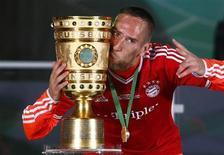 Jogador do Bayern de Munique, Franck Ribery posa com troféu em Berlim, na Alemanha. O meia francês renovou contrato com o Bayern por mais dois anos, ampliando sua ligação com os atuais campeões europeus até 2017, anunciou o clube nesta quinta-feira. 01/06/2013 REUTERS/Michael Dalder