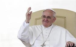 El Papa Francisco rompió otra tradición papal el jueves al revelar que no pasará el verano boreal en el lujoso palacio de la localidad de Castelgandolfo, lugar de descanso de los pontífices por siglos y uno de los preferidos de su predecesor Benedicto XVI. En la imagen, el papa Francisco en su audiencia general de los miércoles en la plaza de San Pedro del Vaticano, el 5 de junio de 2013. REUTERS/Max Rossi