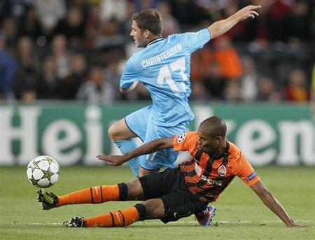 Shakhtar Donetsk's Fernandinho (R) struggles for the ball with Nordsjaelland's Soren Christensen during their Champions League match at the Donbass Arena in Donetsk, September 19, 2012. REUTERS/Gleb Garanich