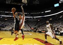 Tony Parker (à gauche) des San Antonio Spurs en duel sous la raquette avec Joel Anthony du Miami Heat. L'équipe texane a remporté 92-88 jeudi à Miami le premier match de la finale de la NBA grâce notamment au joueur français décisif dans le dernier quart-temps et auteur de 21 points. /Photo prise le 6 juin 2013/REUTERS/Steve Mitchell/Pool