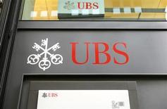 """Après sa filiale française, la maison mère du groupe bancaire suisse UBS a été mise en examen pour """"démarchage bancaire illicite"""" auprès de fortunes françaises dans le but de leur proposer des placements soustrayant des fonds au fisc français. /Photo prise le 30 avril 2013/REUTERS/Arnd Wiegmann"""