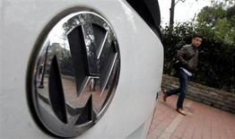 Volkswagen a écrit aux propriétaires de ses voitures en Australie pour leur proposer une révision gratuite de leur véhicule, en réponse à des inquiétudes grandissantes concernant un éventuel défaut de boîte de vitesse. Le groupe n'a pas ordonné pour l'instant un rappel généralisé des voitures. /Photo prise le 20 mars 2013/REUTERS/Carlos Barria