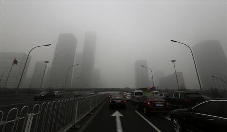 Cars drive on Jianguo Road on a heavily hazy day in Beijing January 30, 2013. REUTERS/Jason Lee
