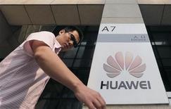 Мужчина проходит мимо входа в офис Huawei в городе Ухань в провинции Хубэй 9 октября 2012 года. Китайской Huawei Technologies Co Ltd нельзя было разрешать поставлять оборудование крупнейшей британской телекоммуникационной сети без анализа последствий такого сотрудничества для государственной безопасности, заявили в четверг депутаты парламента Великобритании. REUTERS/Stringer