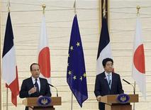 """François Hollande a prôné vendredi à Tokyo un resserrement des liens entre France et Japon, désormais liés par un """"partenariat d'exception"""" tourné vers la paix, la sécurité et une croissance retrouvée dans l'archipel mais encore en devenir en Europe. /Photo prise le 7 juin 2013/REUTERS/Junko Kimura/Pool"""