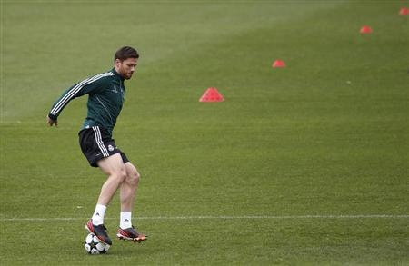 Real Madrid's Xabi Alonso controls the ball during a training session on the eve of their Champions League semi-final second leg match against Borussia Dortmund, at Valdebebas training grounds, outside Madrid April 29, 2013. REUTERS/Susana Vera