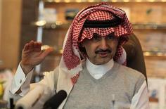 Príncipe saudita, Alwaleed bin Talal, fala durante entrevista à Reuters em seu escritório na Torre Kingdom, em Riad, na Arábia Saudita. O bilionário Alwaleed bin Talal processou a revista Forbes por difamação num tribunal britânico, alegando que a avaliação de sua fortuna em 20 bilhões de dólares ficou 9,6 bilhões de dólares abaixo do valor real, informou o jornal britânico Guardian nesta sexta-feira. 6/05/2013. REUTERS/Faisal Al Nasser