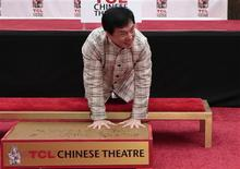 Ator Jackie Chan deixa as marcas de suas mãos no cimento molhado durante cerimônia no Teatro Chinês, em Hollywood. 06/06/2013 REUTERS/Jonathan Alcorn