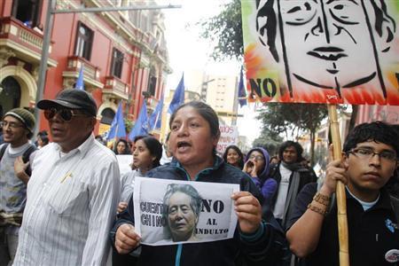 Demonstrators shout slogans against Peru's former president Alberto Fujimori during a protest in downtown Lima November 22, 2012. REUTERS/Enrique Castro-Mendivil