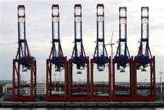 La hausse des importations allemandes depuis le reste de la zone euro offre un répit bienvenu aux économies du Sud en difficulté et suggère que les tensions au sein du bloc se réduisent. /Photo d'archives/REUTERS/Fabian Bimmer