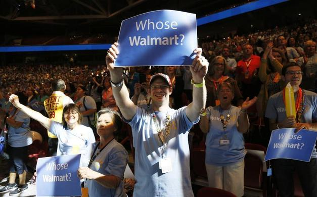 An employee of Wal-Mart Stores, Inc. holds up a sign at the U.S. Associates meeting in Fayetteville, Arkansas, June 5, 2013.  REUTERS-Rick Wilking