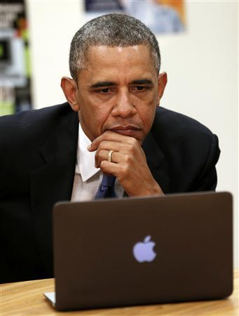 U.S. President Barack Obama is shown digital learning programs during a visit to Mooresville Middle School in Mooresville, North Carolina June 6, 2013. The visit is part of Obama's ''Middle Class Jobs & Opportunity Tour.'' REUTERS/Kevin Lamarque