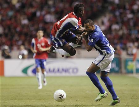 Costa Rica's Joel Campbell (L) fights for the ball with Honduras' Victor Bernardez during their 2014 World Cup qualifying soccer match at the National Stadium in San Jose June 7, 2013. REUTERS/Juan Carlos Ulate